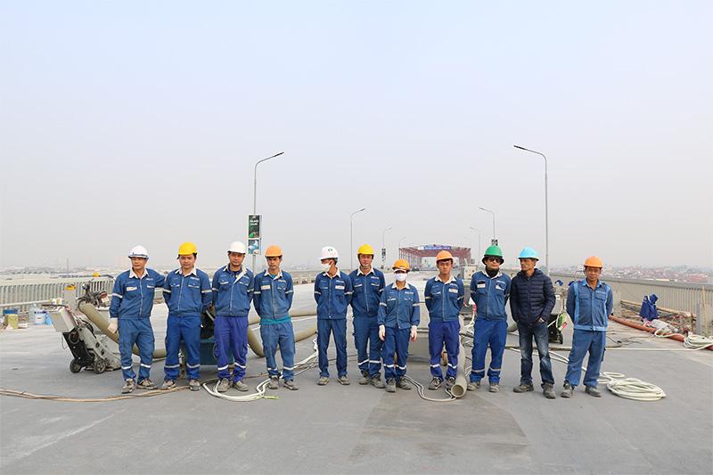 Sửa mặt cầu Thăng Long: Phun bi tạo nhám bề mặt cầu và Mài mặt đường hành lang đi bộ